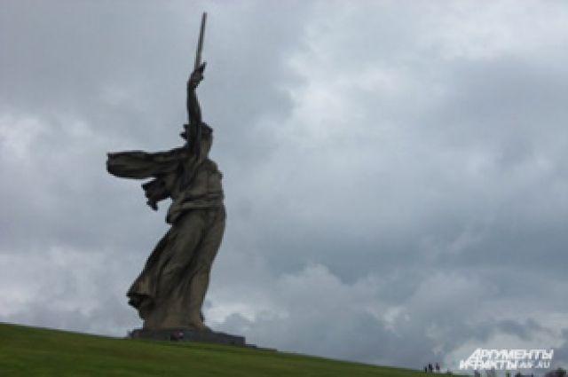 Скульптура не закреплена на постаменте и стоит свободно, как фигура на шахматной доске.
