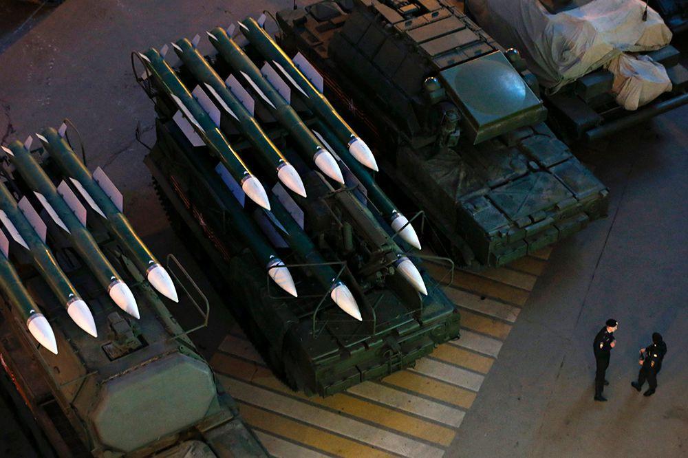 Колонна военной техники во время репетиции парада Победы.