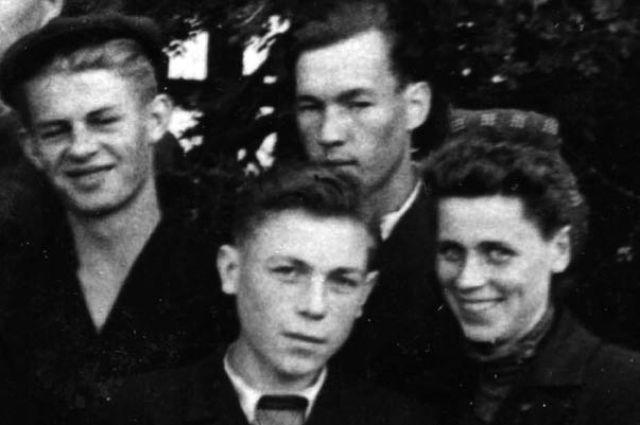Владик Бердников (на фото в центре).