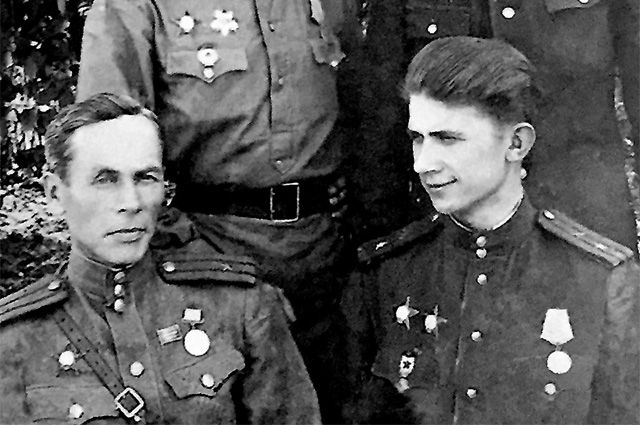 Гвардии майор Виктор Азаров (справа) в 1943 г.