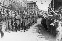 Жители Праги приветствуют воинов чехословацкого корпуса. Архив Центрального музея Советской армии.
