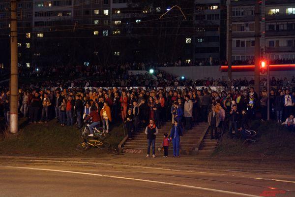 Порядка 10 тысяч жителей собрались посмотреть на открытие фонтана «Река», приуроченное к 70-летию Победы в Великой Отечественной войне.