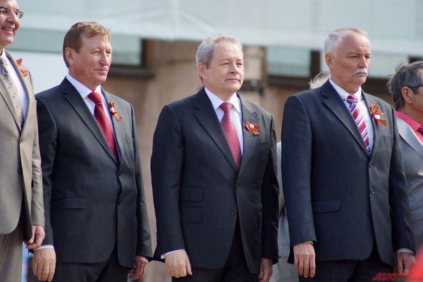 С трибуны участников мероприятия встречал губернатор края Виктор Басаргин.