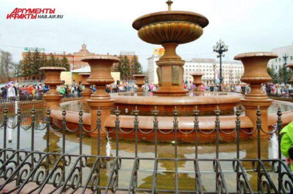 Чаши были наполнены водой заранее. В малых фонтанах вовсю плескались голуби и дети. До запуска оставалось 10 минут