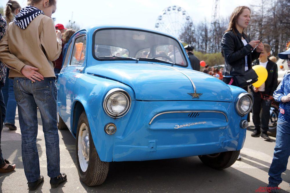 На центральной площади размещены ретро-автомобили первой половины 20 века.