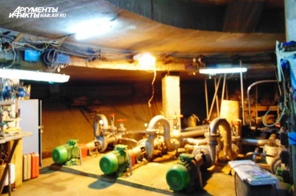 Вся техническая начинка расположена под центральным фонтаном. Когда все насосы работают, разговаривать приходится на повышенных тонах, иначе не слышно.