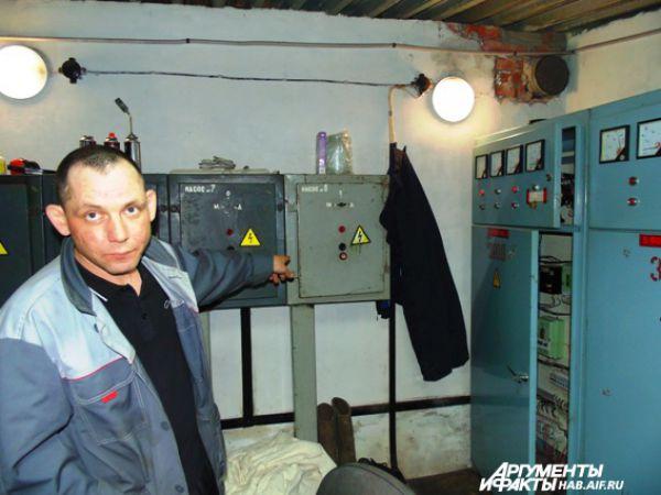 В невзрачных металлических ящиках скрыто управление главным фонтанным комплексом на пл. им. Ленина. В тех, что поменьше, - управление малыми фонтанами.