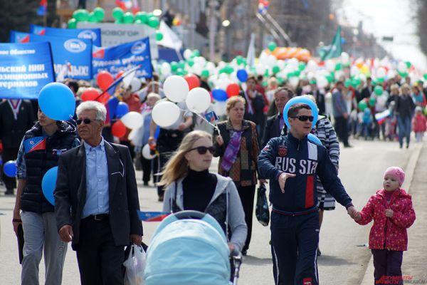 Молодежь, взрослые с детьми, пенсионеры – все дружно шли, размахивая флажками и шариками.