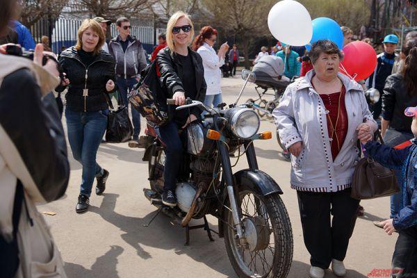 Несколько экспонатов выставки - старые мотоциклы.