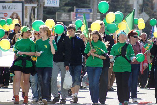 Десятки тысяч жителей города приняли участие в традиционном первомайском шествии.