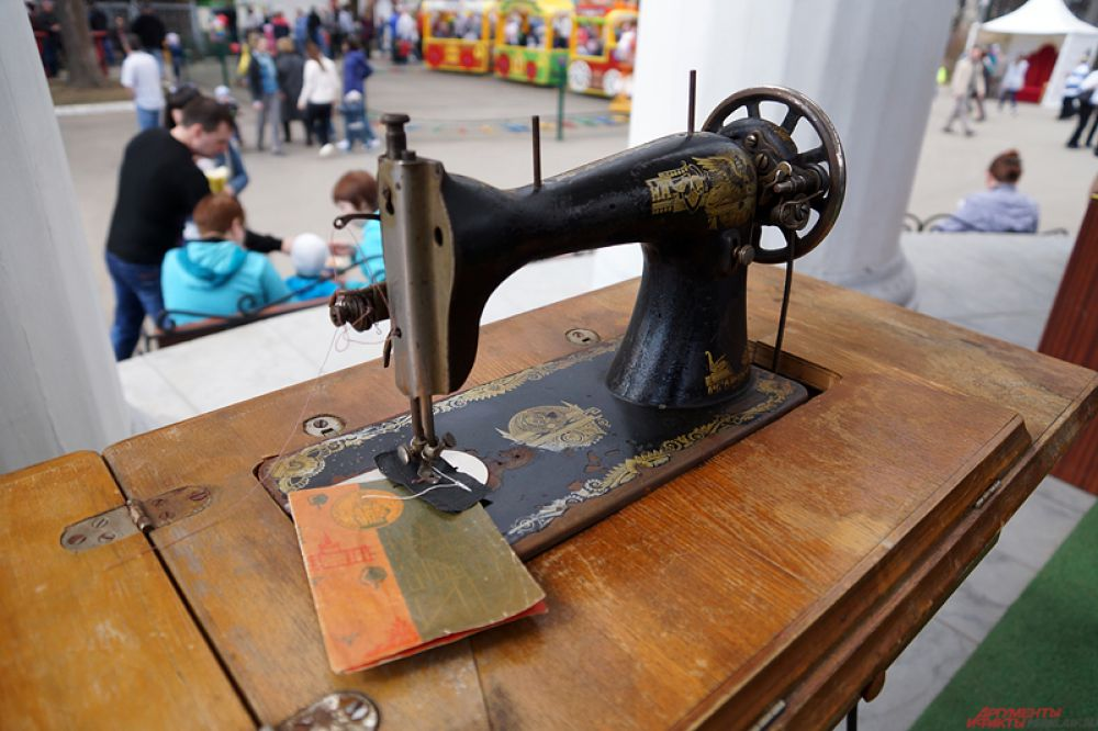 Кроме того, по соседству в ротонде расположился «Антикварный музей», где каждый желающий может увидеть ретро-мебель, предметы быта советских времен, электронику, монеты, значки и многое другое.
