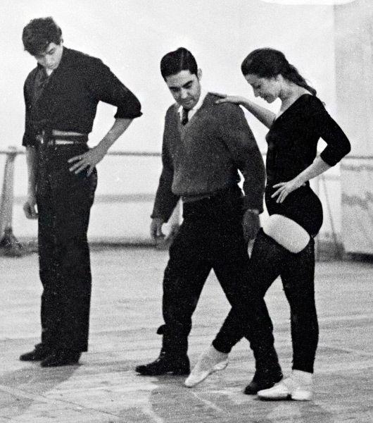 В 1943 году, после окончания Московского хореографического училища (педагоги Е. П. Гердт и М. М. Леонтьева), Майя Плисецкая была принята в труппу Большого театра. Вскоре перешла на сольные партии и утвердилась в статусе прима-балерины.