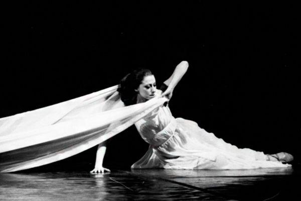 С сентября 1941 года по сентябрь 1942 года Майя Плисецкая находилась с семьёй в эвакуации в Свердловске. В городе не было возможности для постоянных занятий балетом, однако первое выступление с номером «Умирающий лебедь» состоялось именно здесь.