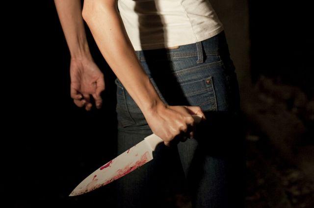 женщина напала с ножом на своего знакомого.