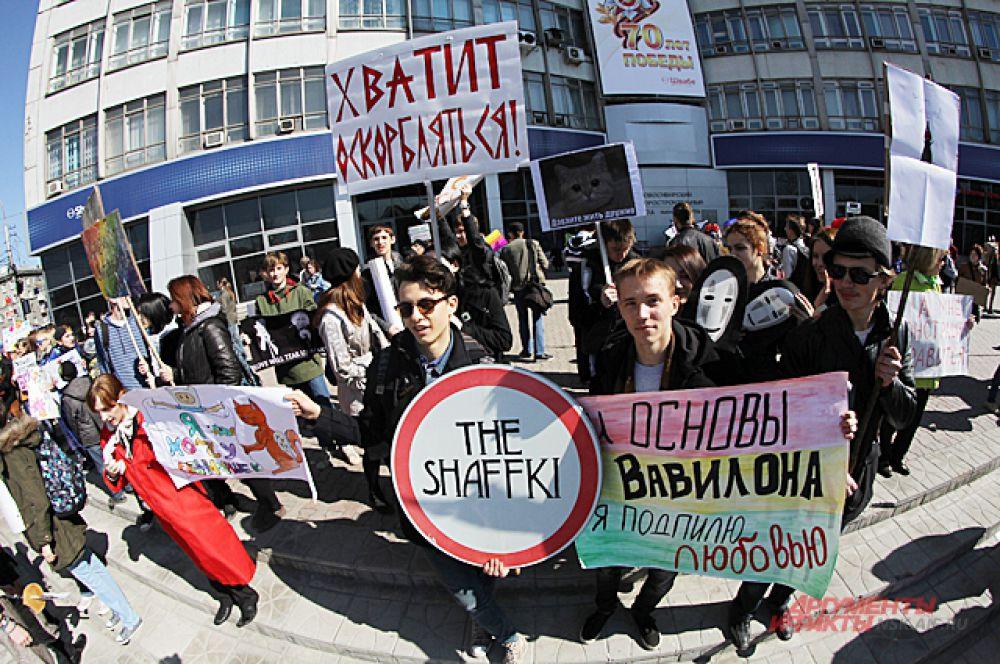 Как обычно лозунги на плакатах затрагивали самые актуальные темы общественной жизни Новосибирска и всей страны..