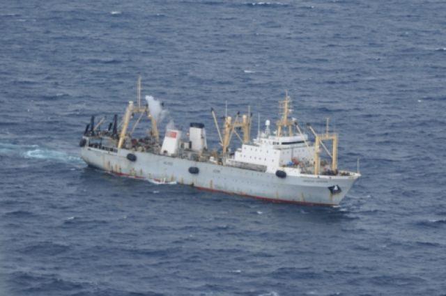 Траулер в Охотском море.