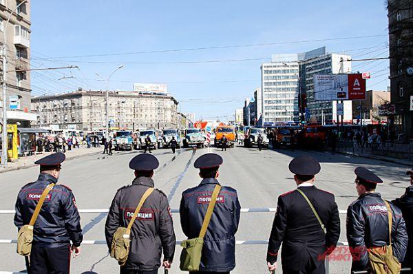 А припаркованные посреди Красного проспекта грузовики укрепляли «оборону».
