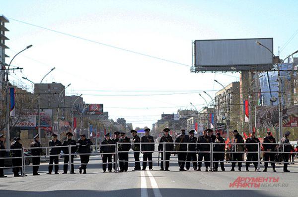 Колонне не дали отойти от площади Калинина. Её сдерживало кольцо полицейских.