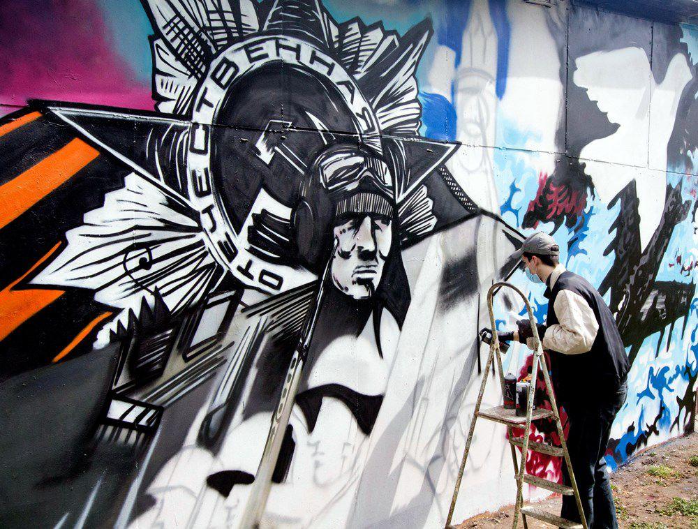 Картины, посвящённые Дню Победы, появились на стене брянского автовокзала.