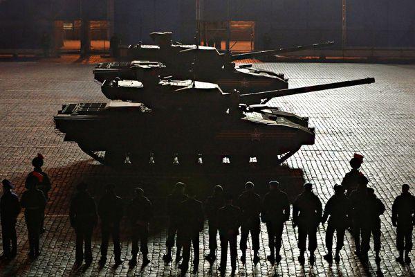 «Армата» будет стрелять как снарядами различных типов (осколочно-фугасными, бронебойно-подкалиберными, кумулятивными), так и управляемыми ракетами класса «земля-земля» с оптико-электронным, инфракрасным и спутниковым наведением, а также зенитными ракетами класса «земля-воздух». Фактически это не танк, а универсальная ударная машина сухопутных войск, включающая в себя полноценный тактический ракетный комплекс, зенитную систему противовоздушной обороны, комплекс армейской разведки и целеуказания и, собственно, танк.