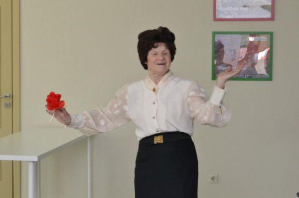 Инициативная бабушка принимает участие в концерте.