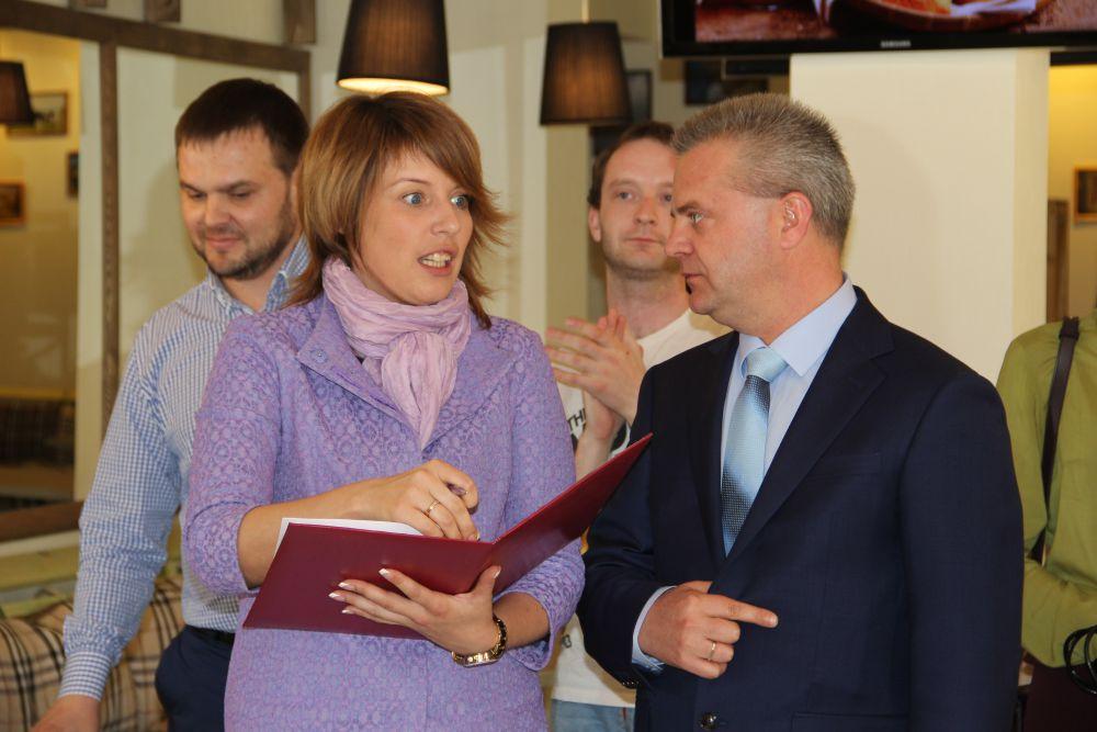 Главный ресторатор Марина Никитина и главный сельскохозяйственник Александр Чепухин обсуждают меню.