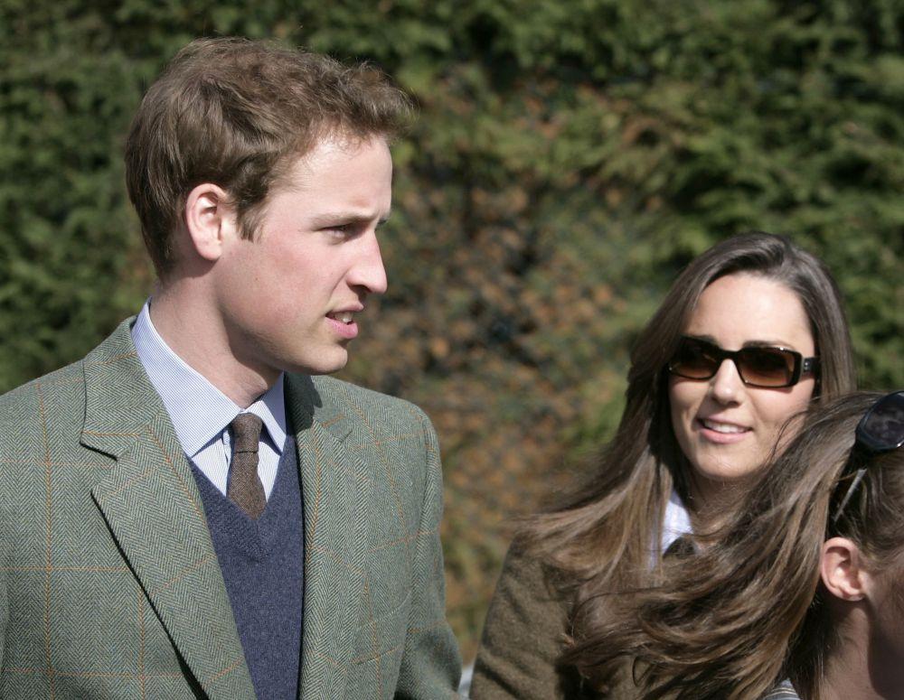 Ее встреча с принцем Уильямом, старшим сыном принца Чарльза и принцессы Дианы, произошла в Сент-Эндрюсском университет в шотландской области Файф, куда Кейт поступила в 2001 году. Учась в колледже, Кэтрин и Уильям стали снимать загородный коттедж в Файфе, а во время студенческих каникул путешествовали вместе. По окончании университета Кейт получила диплом с отличием второй степени по специальности «История искусств».