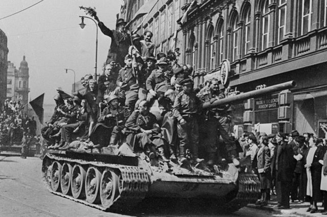 Встреча советских войск в Праге. Великая Отечественная война. Вторая мировая война. 1941-1945 года. Репродукция фотографии.