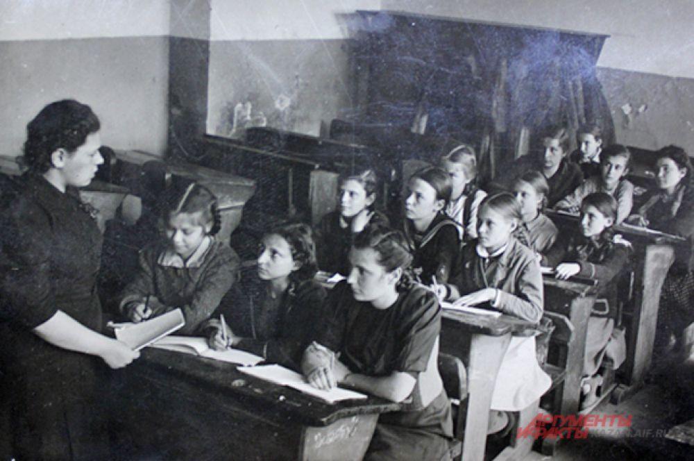 Школа №68, 1945 год. Ученицы в 5-7 классах изучали санитарное дело, в 8-9 классах - связь.