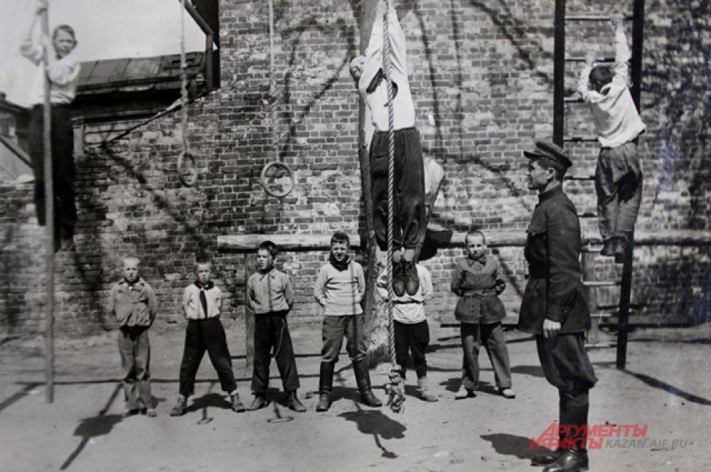 Все военное-физические занятия проводили на открытом воздухе.