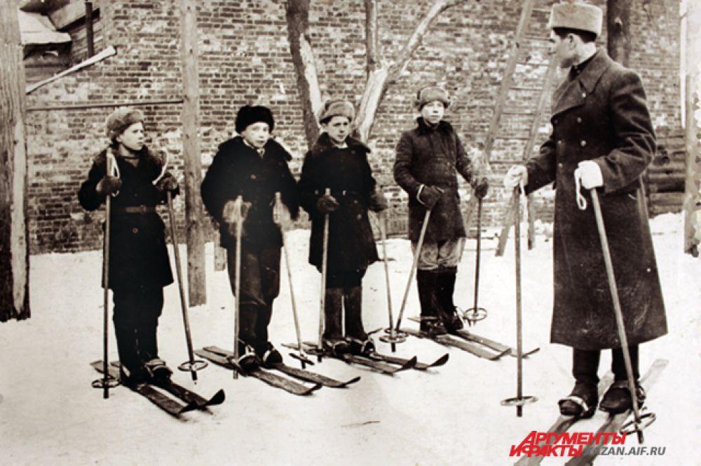 После уроков ученики проходят инструктаж по лыжной подготовке.