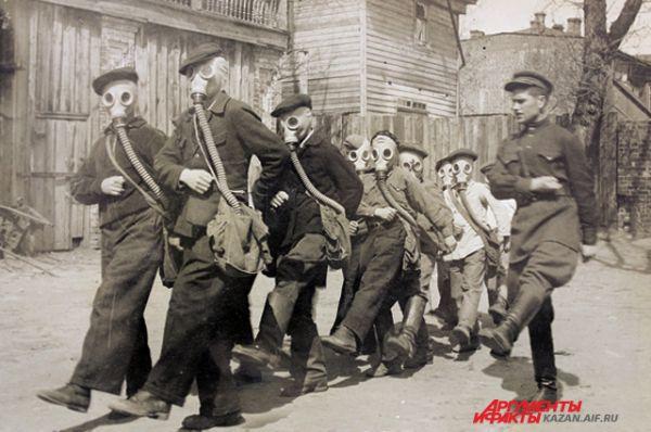 Старшеклассники мужской школы №34 на занятии кружка отправляются в поход в противогазах