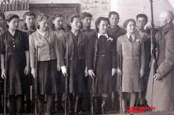 Старшеклассницы школы №68 учились не только стрелять. За год из них подготовили 148 связисток и 20 сандружинниц.