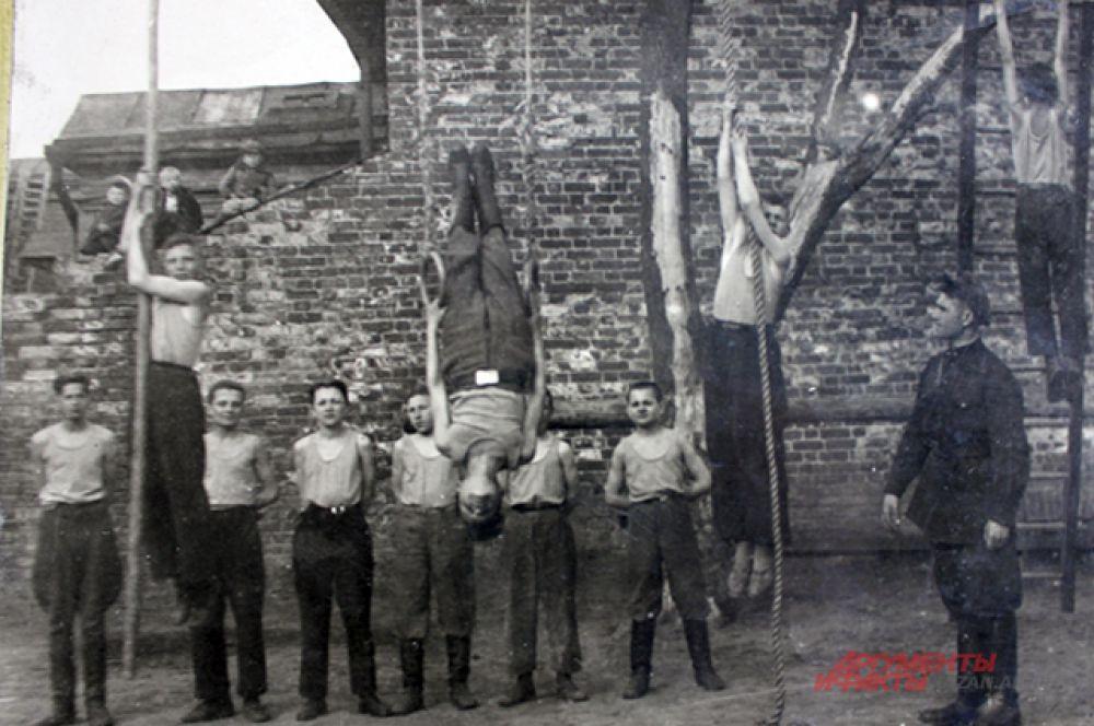Занятие гимнастического кружка со старшеклассниками.