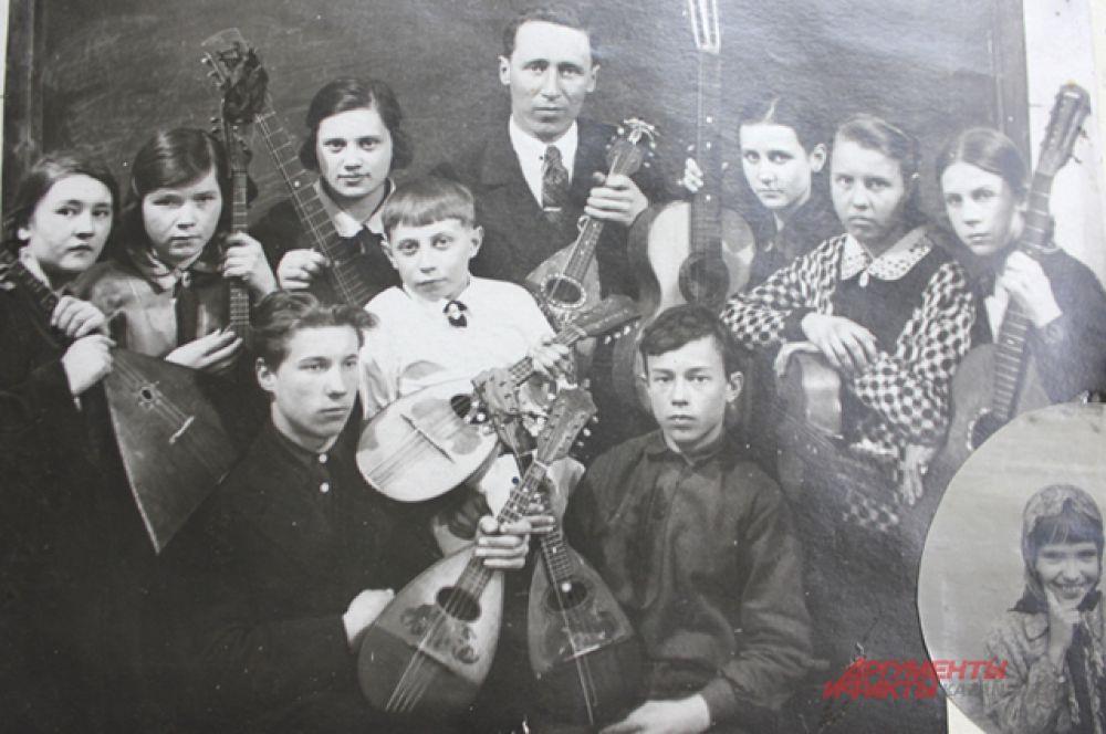 Струнный кружок школы. Дети ставили концерты и обслуживали вечера самодеятельности. Руководитель Карягин П.А.