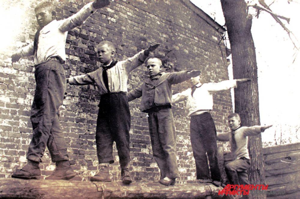 Гимнастика в 4 классе мужской гимназии №34. Дети усваивают азы военно-физической подготовки