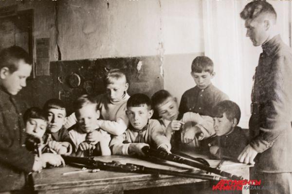 Огневая подготовка в учениками 6 класса. Детям объясняют устройство винтовки.