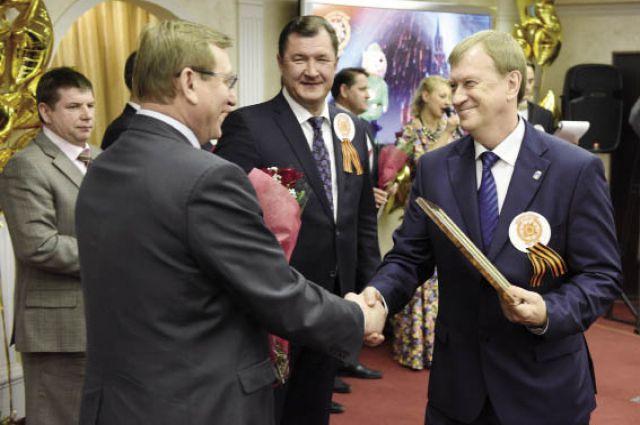 Геннадий Тушнолобов (слева) и Олег Третьяков (в центре) вручают диплом победителя конкурса Константину Лызову, главе Добрянского района.