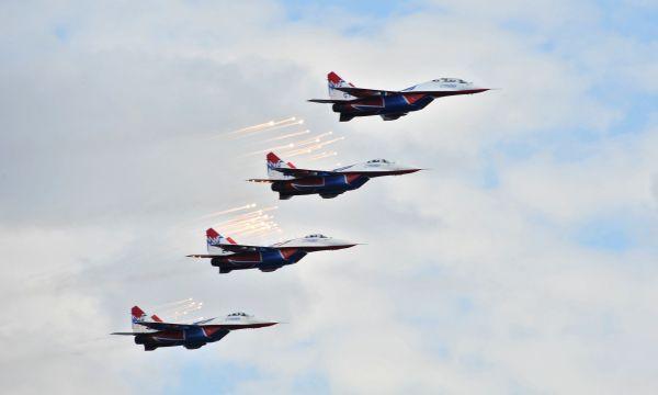 Когда в 1993 году «Стрижи» принимали участие в авиасалоне LIMA-93 в Малайзии, то самолеты к месту проведения мероприятия доставлялись в разобранном виде военно-транспортными самолётами. После авиасалона «Стрижей» наградили званием «Лучшей пилотажной группой в мире».
