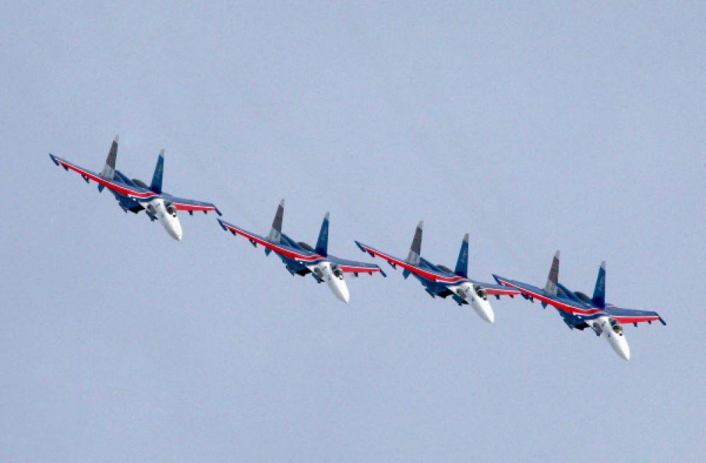 В 1995 году «Стрижи» участвовали в грандиозном военном авиапараде в честь 50-тилетия Победы в Великой Отечественной войне.