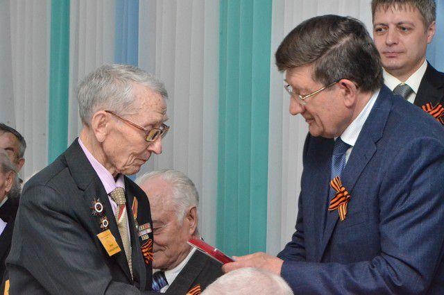 Медали в торжественной обстановке вручили 52 ветеранам.