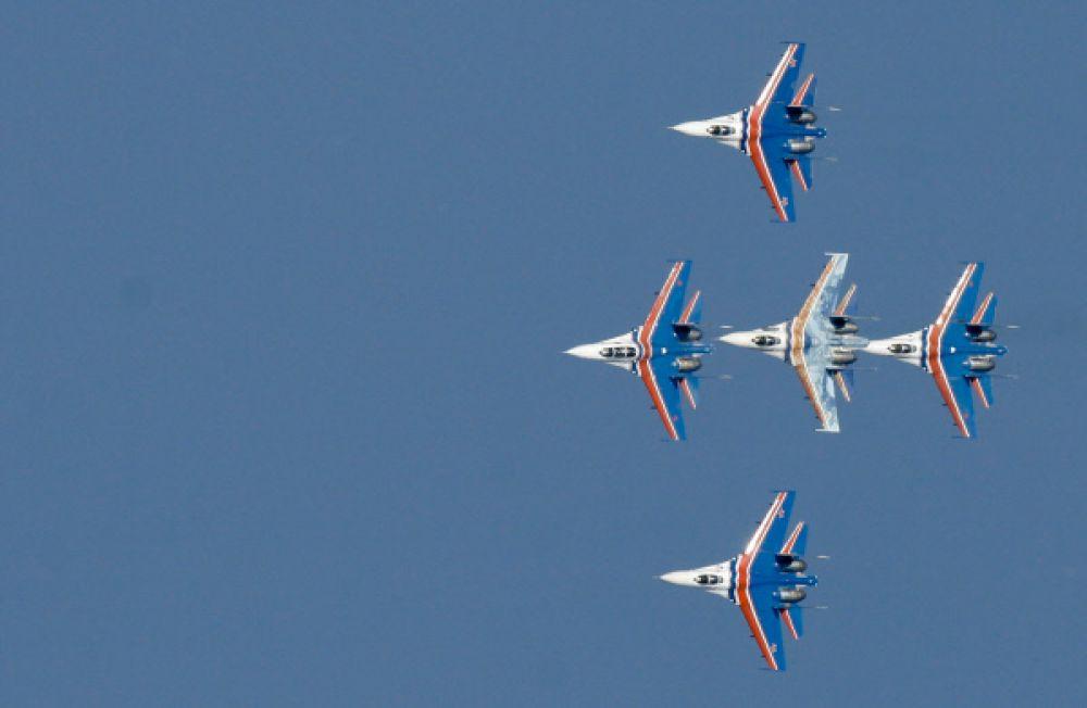 В 2000-х ряды «Стрижей» пополнились новыми летчиками, а с 2003 года самолеты начали перекрашивать в новую красно-белую форму с ярко-синим силуэтом стрижа сверху и снизу и с буквами «МиГ» на килях.