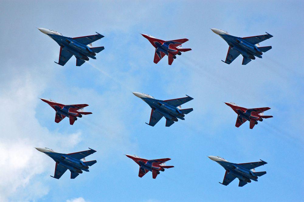 С 2003 года «Стрижи» начинают сотрудничество с пилотажной группой «Русские Витязи». Хотя совместные тренировки группы проводили еще в конце 1990-х. Первый публичный показ «Стрижей» и «Русских витязей» состоялся 15 марта 2003 года на праздновании 65-летия полка. В этом же году летчики выступили на авиасалоне МАКС-2003 в Жуковском.