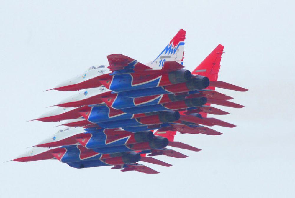 Еще в 1988 году, когда самолеты МиГ-29 и МиГ-29УБ готовились к международному салону в Фарнборо, была придумана новая оригинальная окраска для железных птиц: белые фюзеляжи и ярко-синие кили с синими молниями по бортам. Черные стрижи на красном фоне  – эмблема группы – появились на воздухозаборниках: из-за них группа получила свое название.