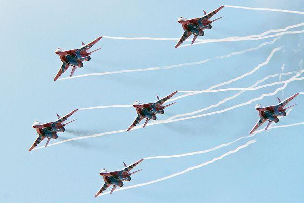 Во многих странах динамичный групповой и индивидуальный высший пилотаж лётчиков группы получил высокую оценку за новый элемент: шестерка «Стрижей» с выпущенным шасси и включёнными фарами выполняют «петлю».