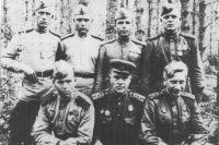 Офицеры и бойцы батареи 76-мм пушек, 1944 год. Автор воспоминаний - крайний внизу справа.