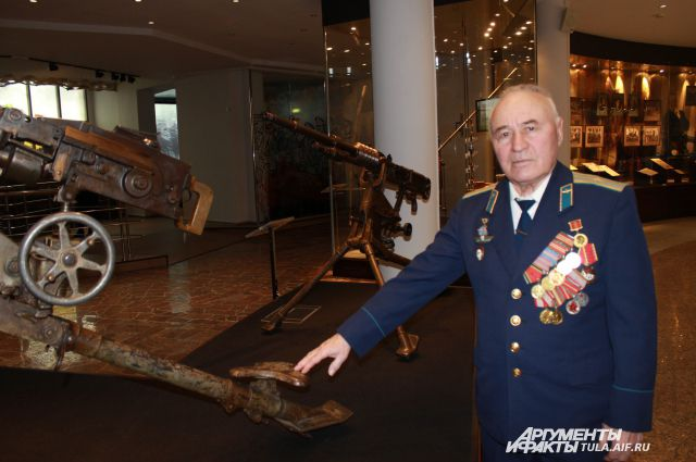 Виктор Березин с большим интересом разглядывает славное тульское оружие в экспозиции оружейного музея.