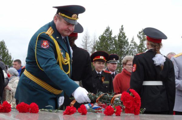 Цветы возлагает военком Югры Юрий Буров.