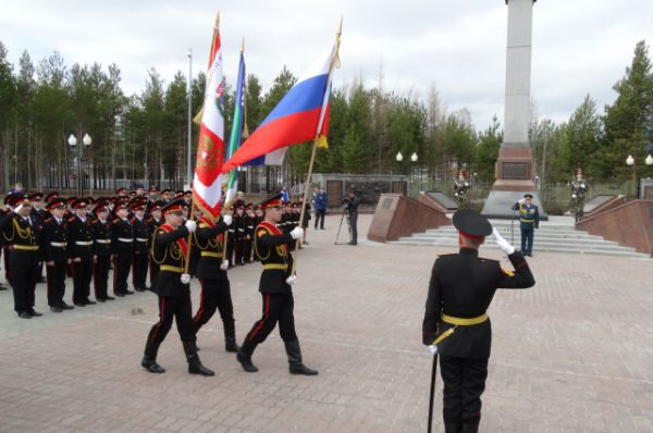 Вносят флаги России, Югры и школы.
