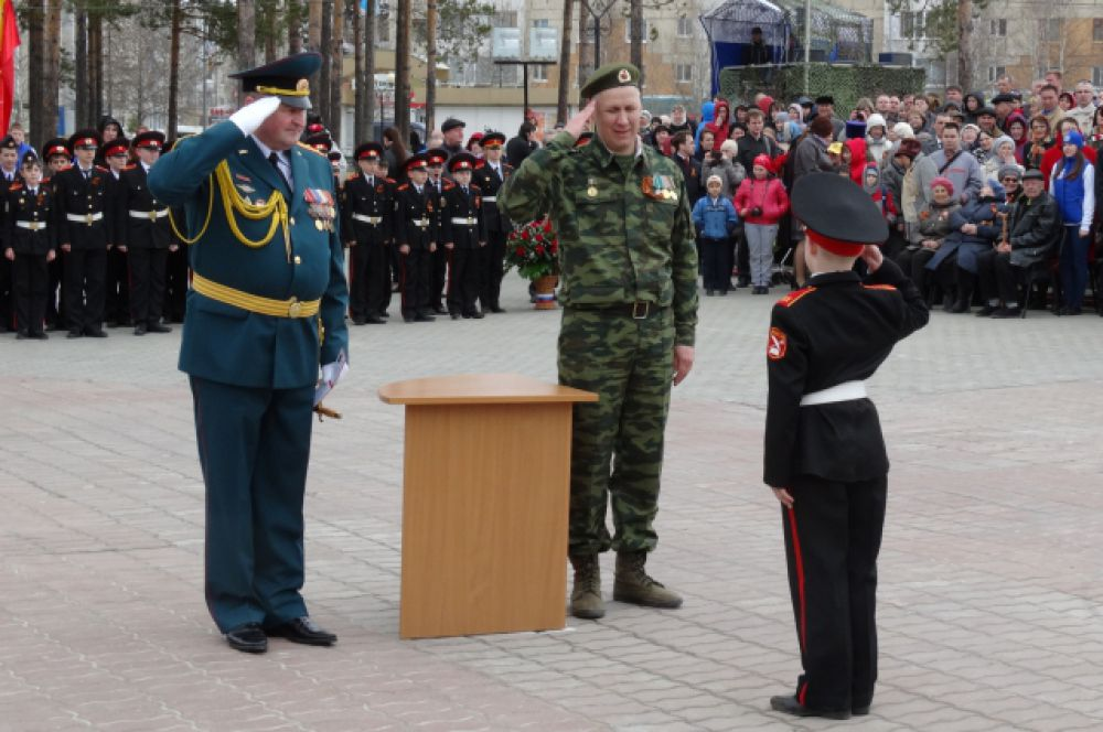 Удостоверения вручает военком Югры Юрий Буров.